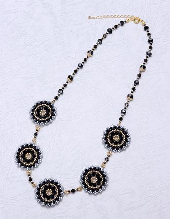 プレイテッドヘリンボーンステッチの円形ペンダントを5個つなげたネックレス