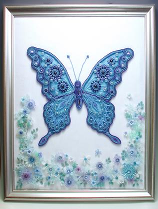 ビーズを編んで作った蝶と小花